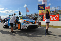 Pepe Oriola, SEAT Leon WTCC, Tuenti Racing Team and Grid Girl