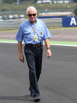 Charlie Whiting, FIA Delegate walks the circuit