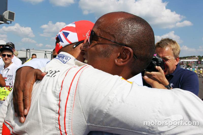 Lewis Hamilton, McLaren feiert seine Pole Position im Parc Ferme mit Vater Anthony Hamilton