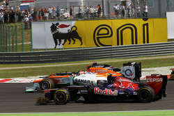 Jean-Eric Vergne, Scuderia Toro Rosso; Paul di Resta, Sahara Force India and Pastor Maldonado, Williams battle at the start of the race