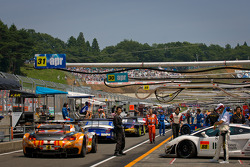 The field heads to the starting grid