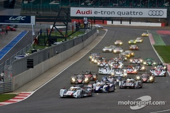#1 Audi Sport Team Joest Audi R18 e-tron quattro: Andre Lotterer, Benoit Tréluyer, Marcel Fässler leads from the start
