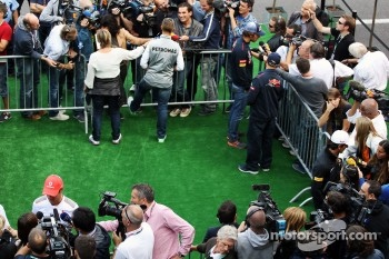 Jenson Button, McLaren; Michael Schumacher, Mercedes AMG F1 and Jean-Eric Vergne, Scuderia Toro Rosso with the media