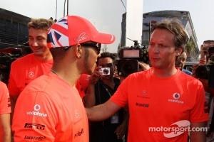 Race winner Lewis Hamilton, McLaren with Sam Michael, McLaren Sporting Director