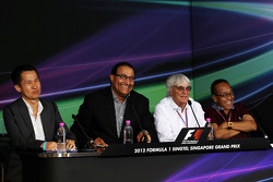Singapore GP announces a five year extension to the current contract: Bernie Ecclestone, CEO Formula One Group, with Mr S Iswaran, Second Minister for Trade, Industry and Education, and Ong Beng Seng, Owner Hotel Properties Ltd