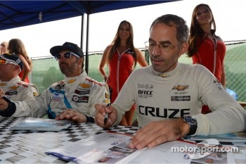 Autograph session, Alain Menu, Chevrolet Cruze 1.6T, Chevrolet