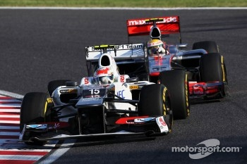 Lewis Hamilton, McLaren and Sergio Perez, Sauber battle for position