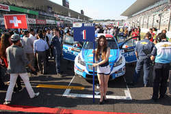 The Grid girl of Yvan Muller, Chevrolet Cruze 1.6T, Chevrolet