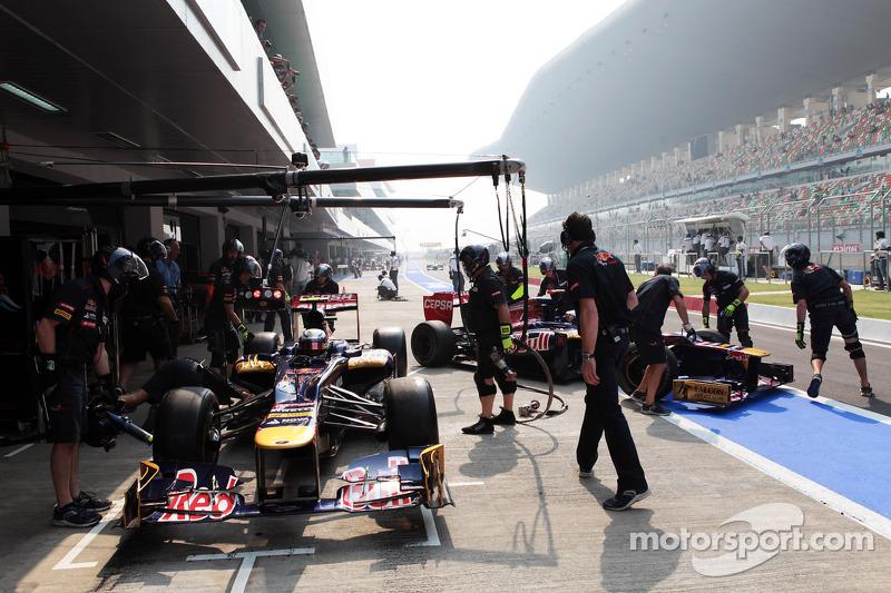 Jean-Eric Vergne, Scuderia Toro Rosso and team mate Daniel Ricciardo, Scuderia Toro Rosso in the pits