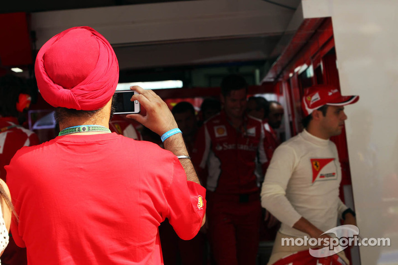 Ferrari fan photographs Felipe Massa, Ferrari in the pits