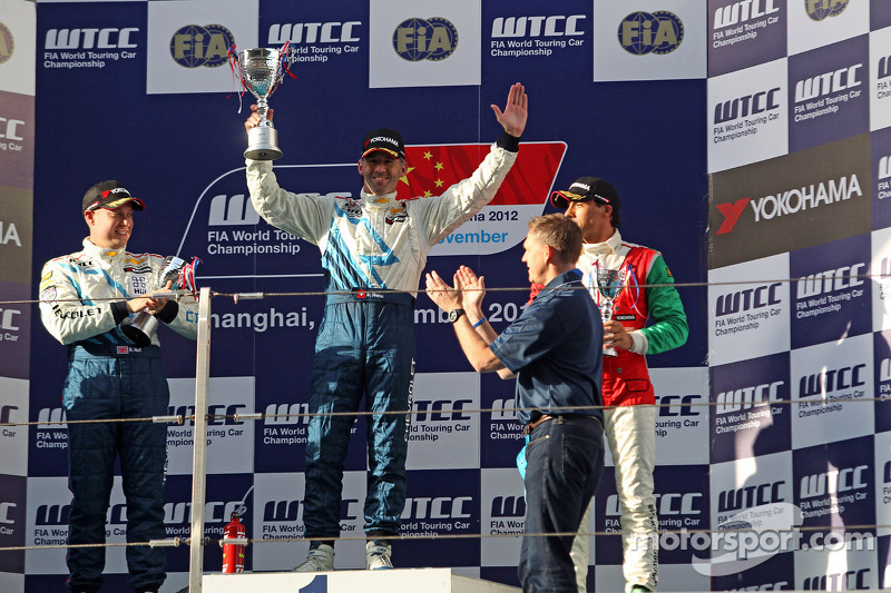 Alain Menu, Chevrolet Cruze 1.6T, Chevrolet race winner, 2nd position Robert Huff, Chevrolet Cruze 1.6T, Chevrolet and 3rd position Stefano D'Aste, BMW 320 TC, Wiechers-Sport