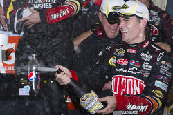 NASCAR-CUP: Victory lane: race winner Jeff Gordon, Hendrick Motorsports Chevrolet celebrates