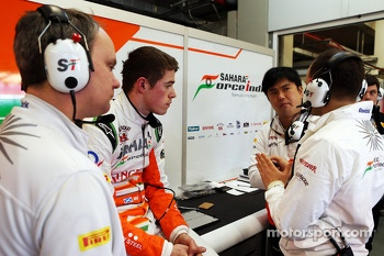 Paul di Resta, Sahara Force India F1 with his engineers