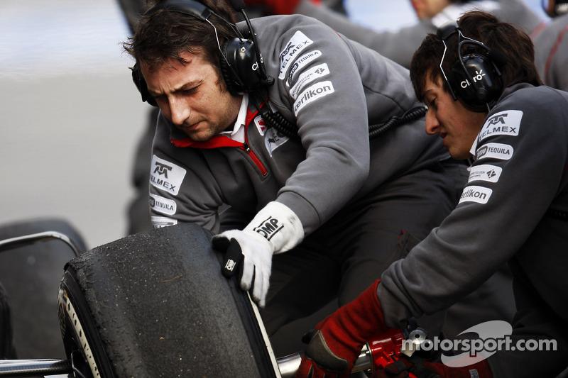 Sauber mechanics practice pit stops