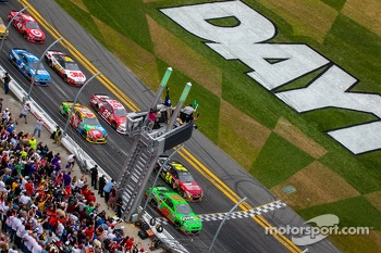 Start: Danica Patrick, Stewart-Haas Racing Chevrolet and Jeff Gordon, Hendrick Motorsports Chevrolet lead the field