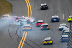 Juan Pablo Montoya, Earnhardt Ganassi Racing Chevrolet, Kevin Harvick, Richard Childress Racing Chevrolet and Brad Keselowski, Penske Racing Ford crash