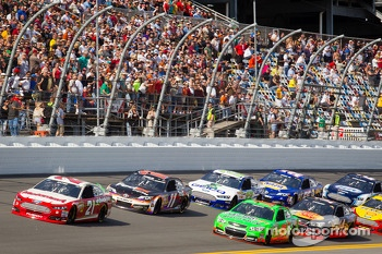 Trevor Bayne, Wood Brothers Racing Ford leads the field