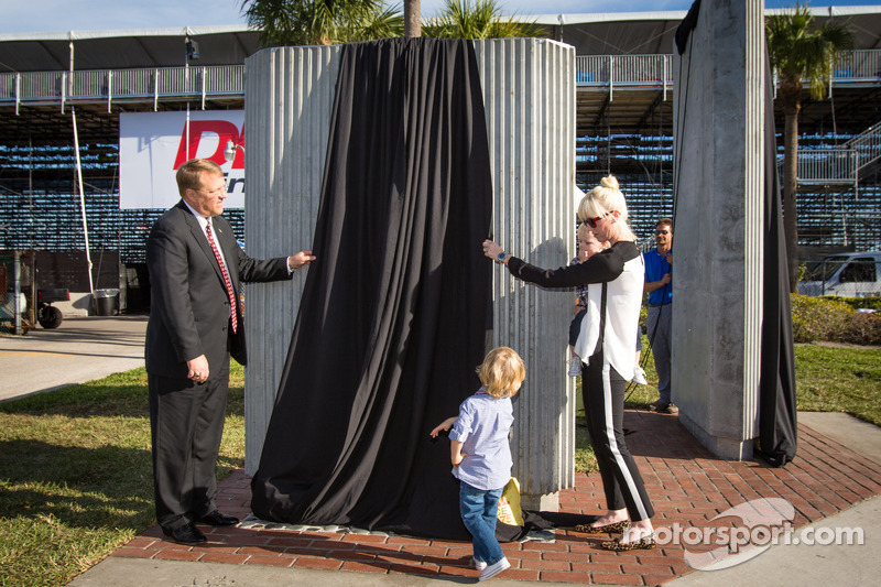 Dan Wheldon Memorial and Victory Circle unveiling ceremony: Susie Wheldon and sons Sebastian and Oliver unveil the Dan Wheldon Memorial