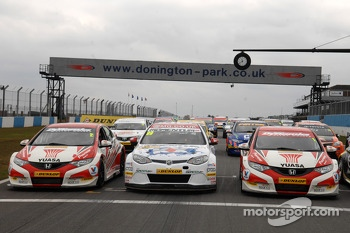 MG KX Momentum Racing sandwiched between the two Honda Yuasa Racing Civics