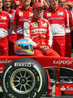 Fernando Alonso, Ferrari in a team photograph