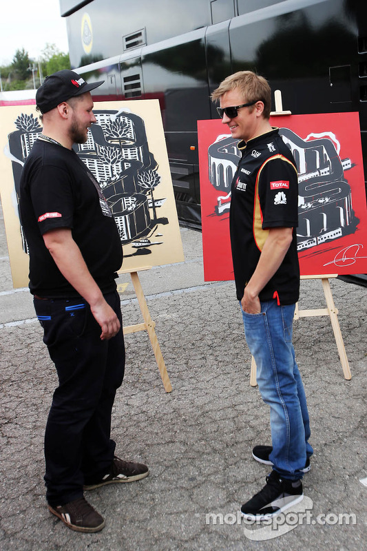 Kimi Raikkonen, Lotus F1 Team with an artist