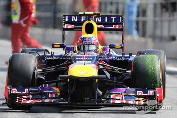Mark Webber, Red Bull Racing RB9 running flow-vis paint on the front wing