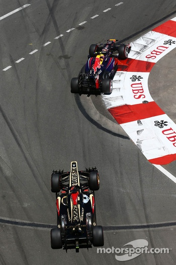 Mark Webber, Red Bull Racing RB9 leads Kimi Raikkonen, Lotus F1 E21