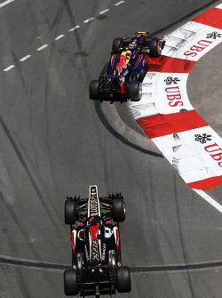 Mark Webber, Red Bull Racing RB9 leads Kimi Raikkonen, Lotus F1 E21