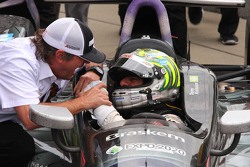 Victory lane: Tony Kanaan, KV Racing Technology Chevrolet celebrates with Jimmy Vasser