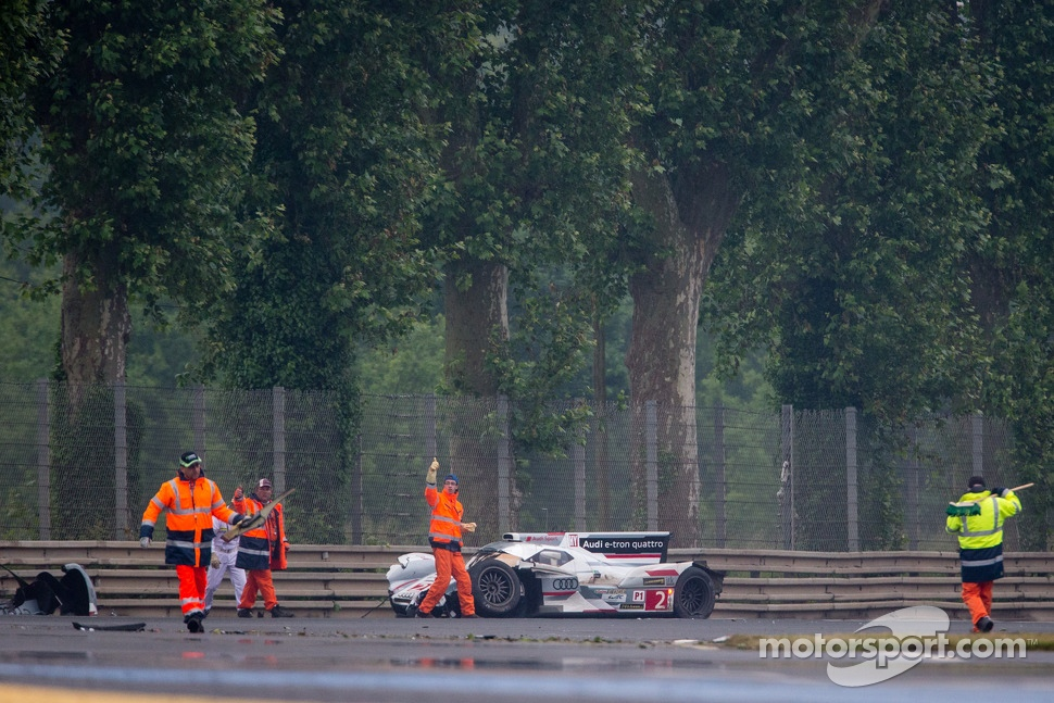 #2 Audi Sport Team Joest Audi R18 e-tron quattro: Tom Kristensen, Allan McNish, Loic Duval crashes heavily at Tertre Rouge