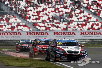 Tom Coronel, BMW E90 320 TC, ROAL Motorsport  leads James Thompson, Lada Granta, LADA Sport Lukoil