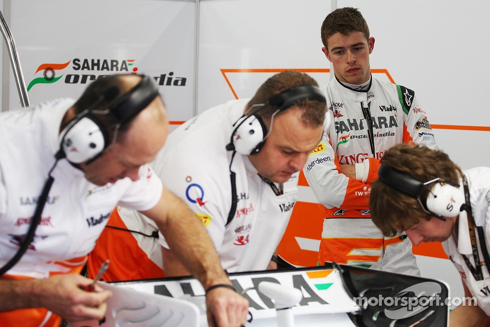 Paul di Resta, Sahara Force India watches his mechanics prepare the VJM06