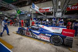Pit stop for #7 Toyota Racing Toyota TS030 Hybrid: Alexander Wurz, Nicolas Lapierre, Kazuki Nakajima