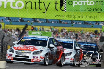 Yvan Muller, Chevrolet Cruze 1.6T, RML leads Tom Chilton, Chevrolet Cruze 1.6T, Nika Racing