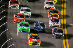 Jeff Gordon, Hendrick Motorsports Chevrolet leads a group of cars