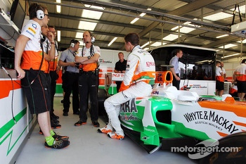 Paul di Resta, Sahara Force India VJM06 with his engineers