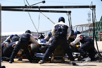 Susie Wolff, Williams FW35 Development Driver practices a pit stop
