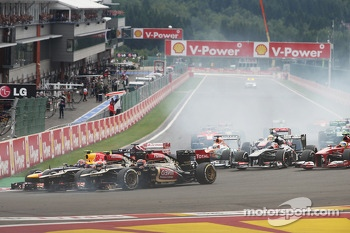 Kimi Raikkonen, Lotus F1, Romain Grosjean, Lotus F1 and Mark Webber, Red Bull Racing at the start of the race