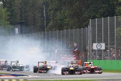 Sebastian Vettel, Red Bull Racing RB9 locks up under braking at the start of the race