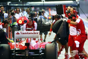 Fernando Alonso, Ferrari F138 changes a front wing in the pits