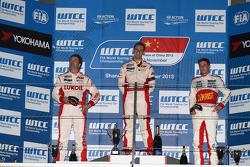 1st position Tom Chilton, Chevrolet Cruze 1.6T, RML and 3rd position James Nash, Chevrolet Cruze 1.6 T, Bamboo Engineering