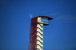 De COTA toren met de maan