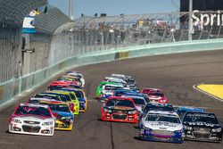 Restart: Kevin Harvick, Richard Childress Racing Chevrolet and David Ragan, Front Row Motorsports Ford lead the field