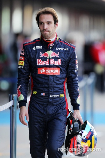 Jean-Eric Vergne, Scuderia Toro Rosso walks back to the pits after stopping on the circuit