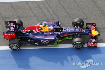 Daniel Ricciardo, Red Bull Racing RB10 running flow-vis paint