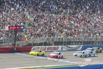 Start: Matt Kenseth and Brad Keselowski lead