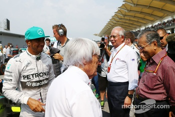 (L to R): Lewis Hamilton, Mercedes AMG F1 with Bernie Ecclestone, on the grid