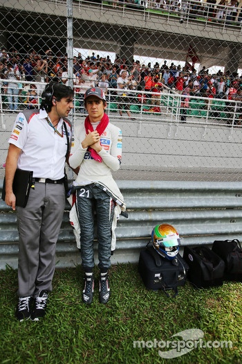 Esteban Gutierrez, Sauber with Francesco Nenci, Sauber Race Engineer on the grid