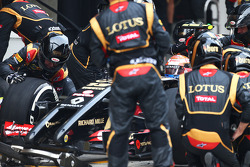 Pastor Maldonado, Lotus F1 E21 makes a pit stop