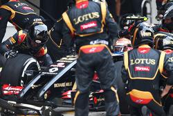 Pastor Maldonado, Lotus F1 E21 makes a pit stop